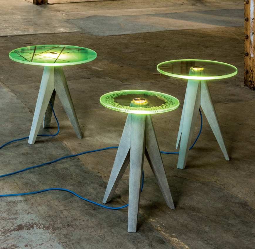 Tisch mit beleuchteter Glasplatte