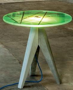 Füße aus Beton und Tischplatte mit Touchdimmer und LED. Quelle: Docstone.