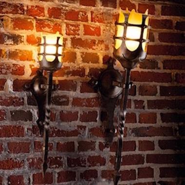Antike Wandfackel-Leuchte in zwei Größen