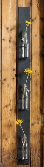 Blumenampel mit Flaschen als Gefäss