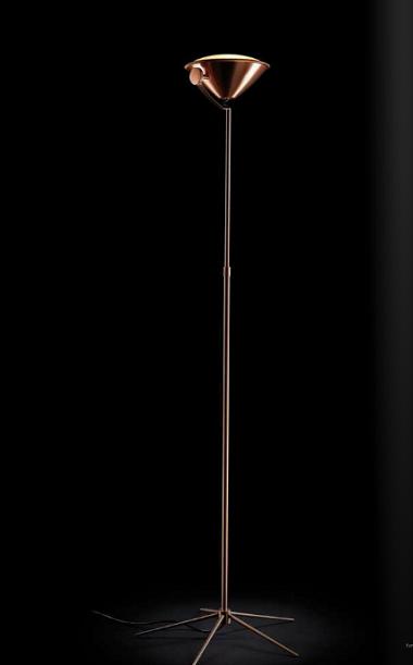 Kupfer-Stehleuchte in Scheinwerferoptik