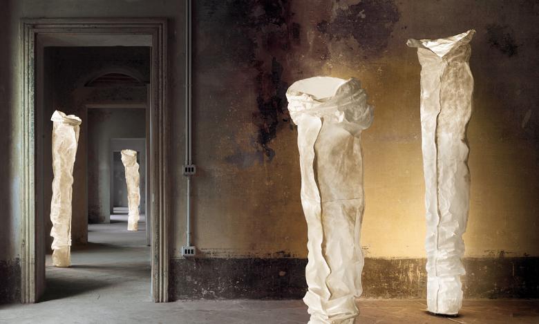 Extravagante kunstvolle Standleuchte im Raum