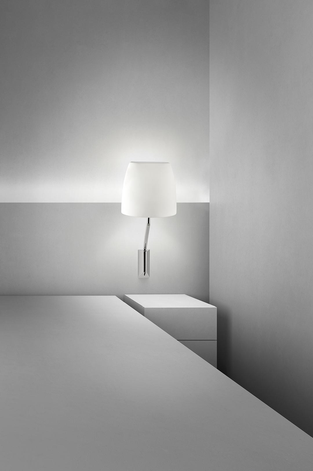 Flavia Wandlampe mit Schalter am Bett