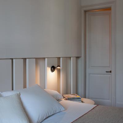 Moderne Wandlampe mit Schalter am Bett