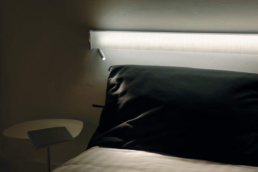 beweglicher Aluminium Wandstrahler am Bett schaltet beim einklappen