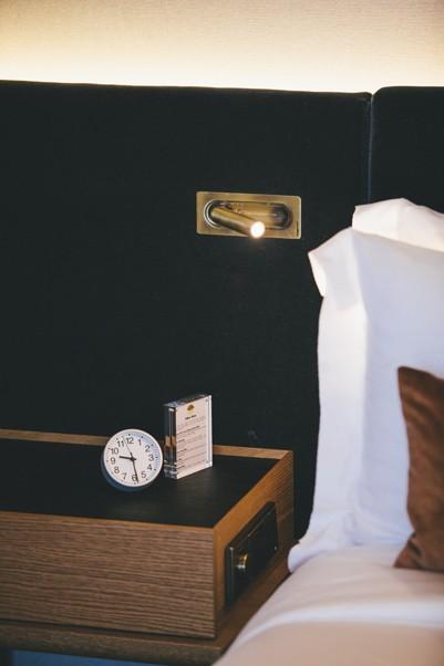beweglicher Bronze Wandstrahler waagerecht eingebaut schaltet beim einklappen