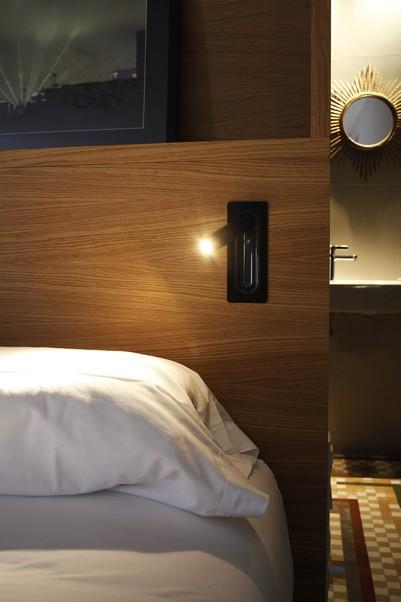 beweglicher schwarzer Wandstrahler im Hotel schaltet beim einklappen