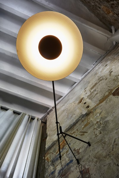 blendfreie Wandlampe als Tischbeleuchtung