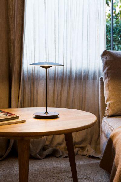 moderne Holz Akku Tischleuchte am Bett