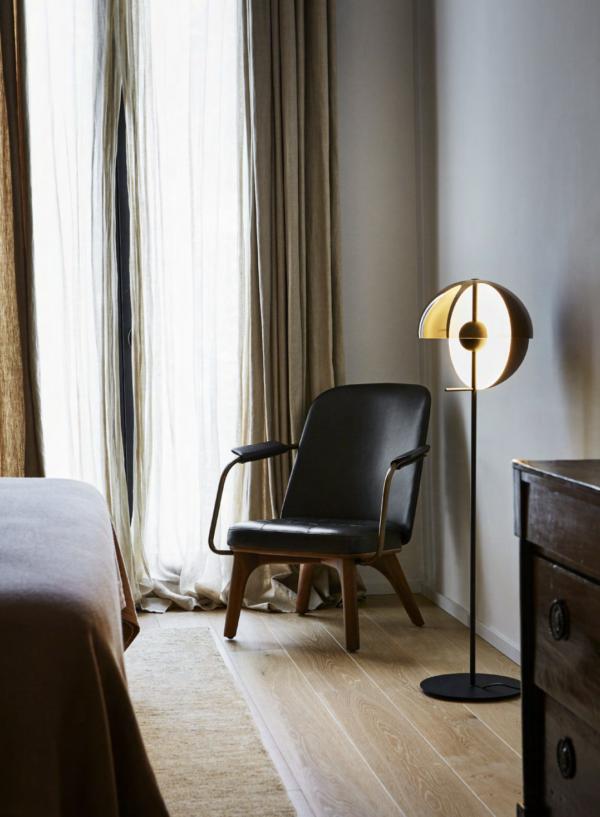 Formschoene Designer Stehleuchte im Schlafzimmer