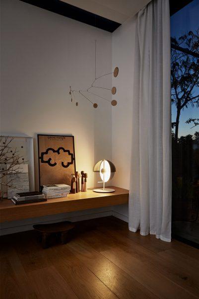 Formschoene Designer Tischleuchte auf Sidebord