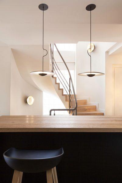 Runde moderne Holz Decken Haengeleuchte ueber Tresen